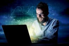 Homme d'affaires dans le bureau la nuit Image libre de droits