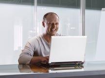 Homme d'affaires dans le bureau moderne Photographie stock