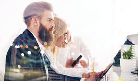 Homme d'affaires dans le bureau relié au réseau Internet Concept de compagnie de démarrage Double exposition Image libre de droits