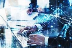 Homme d'affaires dans le bureau relié sur le réseau Internet Concept d'association et de travail d'équipe Image libre de droits