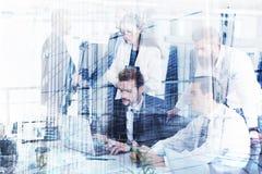 Homme d'affaires dans le bureau relié sur le réseau Internet Concept d'association et de travail d'équipe Images libres de droits