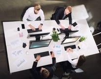 Homme d'affaires dans le bureau relié sur le réseau Internet Concept d'association et de travail d'équipe Images stock