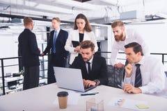 Homme d'affaires dans le bureau relié sur le réseau Internet Concept d'association et de travail d'équipe Photos libres de droits