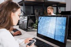 Homme d'affaires dans le bureau relié sur le réseau Internet Concept d'association et de travail d'équipe Photographie stock