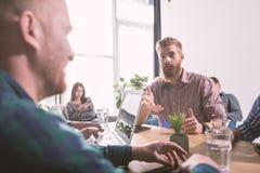 Homme d'affaires dans le bureau relié sur le réseau Internet Concept d'association et de travail d'équipe Photo libre de droits