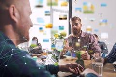 Homme d'affaires dans le bureau relié sur le réseau Internet Concept d'association et de travail d'équipe Photographie stock libre de droits