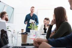 Homme d'affaires dans le bureau relié sur le réseau Internet Concept d'association et de travail d'équipe Photo stock