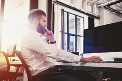 Homme d'affaires dans le bureau relié sur le réseau Internet Concept de compagnie de démarrage Photos stock