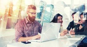 Homme d'affaires dans le bureau relié sur le réseau Internet Concept de compagnie de démarrage Image libre de droits