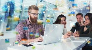 Homme d'affaires dans le bureau relié sur le réseau Internet Concept de compagnie de démarrage Images libres de droits