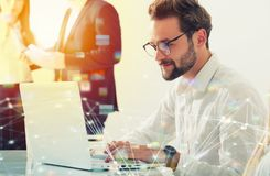 Homme d'affaires dans le bureau relié sur le réseau Internet Concept de compagnie de démarrage Image stock