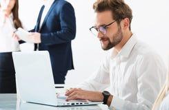 Homme d'affaires dans le bureau relié sur le réseau Internet Concept de compagnie de démarrage Photographie stock