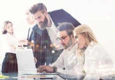 Homme d'affaires dans le bureau relié sur le réseau Internet Concept de compagnie de démarrage Double exposition Images stock