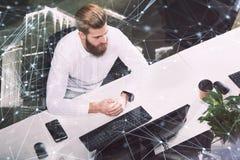 Homme d'affaires dans le bureau relié sur le réseau Internet Concept de compagnie de démarrage Double exposition Photos libres de droits
