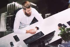 Homme d'affaires dans le bureau relié sur le réseau Internet Concept de compagnie de démarrage Double exposition Image stock