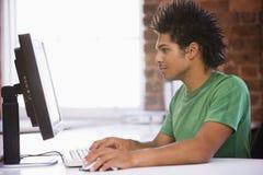 Homme d'affaires dans le bureau tapant sur l'ordinateur Photo libre de droits