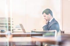 Homme d'affaires dans le bureau travaillant sur l'ordinateur portable Photo libre de droits