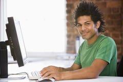 Homme d'affaires dans le bureau utilisant l'ordinateur et le sourire Images libres de droits