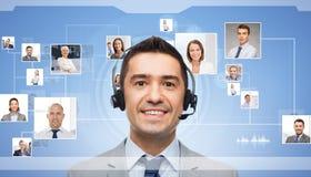 Homme d'affaires dans le casque au-dessus des icônes de contacts Image libre de droits