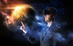 Homme d'affaires dans le casque de réalité virtuelle au-dessus de l'espace Photographie stock libre de droits