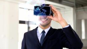 Homme d'affaires dans le casque de vr avec la projection de la terre banque de vidéos
