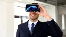 Homme d'affaires dans le casque de vr avec la projection de la terre clips vidéos