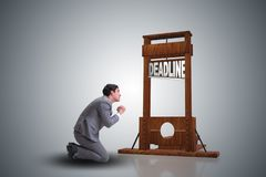 Homme d'affaires dans le concept de date-butoir avec la guillotine photo libre de droits