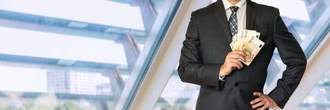 Homme d'affaires dans le costume avec l'argent Photos libres de droits