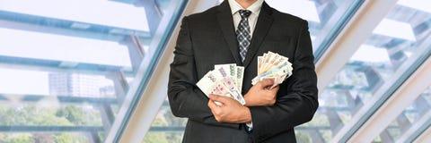 Homme d'affaires dans le costume avec l'argent tchèque et européen Photos libres de droits