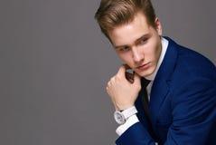 Homme d'affaires dans le costume avec l'horloge Photographie stock