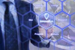 Homme d'affaires dans le costume bleu touchant une grille d'hexagone avec l'innovation Photographie stock libre de droits