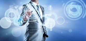 Homme d'affaires dans le costume de gris bleu utilisant le fonctionnement numérique de stylo Photos stock