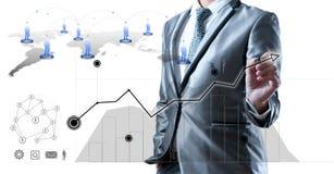 Homme d'affaires dans le costume de gris bleu utilisant le stylo numérique fonctionnant avec des Di Photo libre de droits