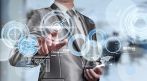 Homme d'affaires dans le costume de gris bleu utilisant le stylo numérique fonctionnant avec des Di Photographie stock libre de droits