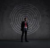 Homme d'affaires dans le costume et le lien Fond noir avec le copyspace Bu Photos stock