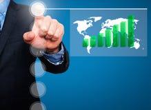 Homme d'affaires dans le costume foncé poussant la croissance globale de worldmap de bouton Photos stock