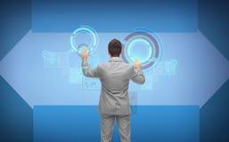 Homme d'affaires dans le costume fonctionnant avec les écrans virtuels Image stock