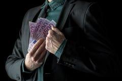 Homme d'affaires dans le costume noir tenant 500 euro factures Photos stock