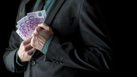Homme d'affaires dans le costume presque tenant 500 euro factures à l'intérieur Images stock
