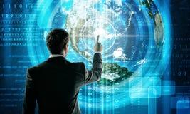 Homme d'affaires dans le costume sur le fond numérique Photographie stock libre de droits