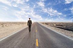 Homme d'affaires dans le désert Photographie stock libre de droits