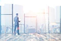 Homme d'affaires dans le double panoramique vide de bureau Images stock