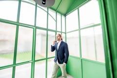 Homme d'affaires dans le hall vert photographie stock libre de droits