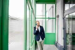 Homme d'affaires dans le hall vert photographie stock