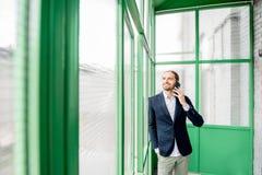 Homme d'affaires dans le hall vert image stock