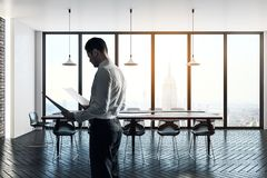 Homme d'affaires dans le lieu de réunion moderne Photographie stock