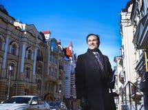 Homme d'affaires dans le manteau, jour, extérieur Photos stock
