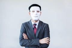 Homme d'affaires dans le masque de déguisement à l'arrière-plan blanc Image stock