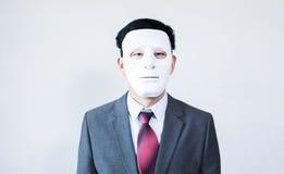 Homme d'affaires dans le masque de déguisement à l'arrière-plan blanc Photos stock