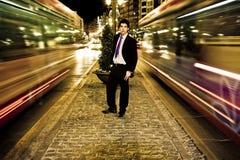Homme d'affaires dans le paysage urbain de nuit Photographie stock libre de droits